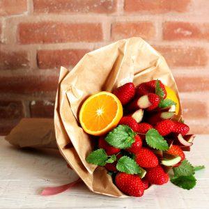 Muttertag, Dieser sommerliche Strauß mit saftigen Orangen, süßen Erdbeeren, frischem Rhabarber und erfrischender Minze wird sowohl dem Schenkenden als auch Beschenkten eine große Freude bereiten. Inklusive einempassenden Rezeptvorschlag zur Verarbeitung. Dieser Strauß kann nur im Münchener Gebiet geliefert werden. Preise inkl. MwSt. zzgl. Versandkosten